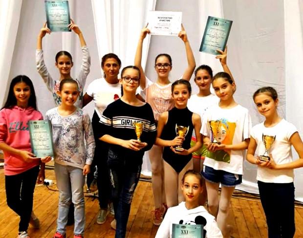Малката балерина София Караманова от студио