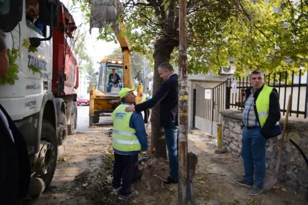 Фейсбук Кметът на Варна Иван Портних инспектира ремонтите по райони.