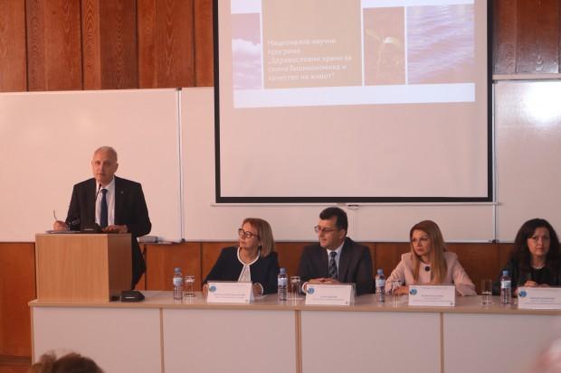 На събитието присъстват ректорът на аграрния университет професор д-р Христина