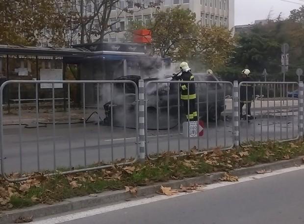 Снимка: Автомобил пламна край автобусна спирка във Варна