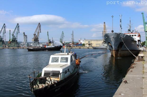 Силен вятър затвори пристанище Варна за маневри на корабите, научи