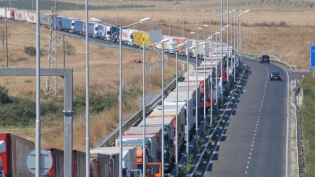 БГНЕС> АрхивНяколко камиона паркираха по диагонал на пътното платно на
