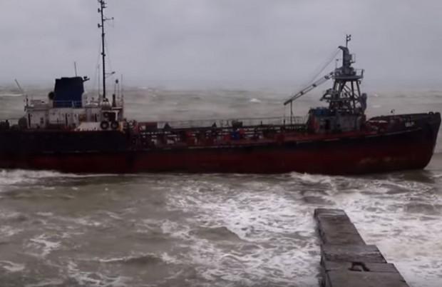 Думская НетТанкер бункеровчик, плаващ под флага на Молдова, заседна в