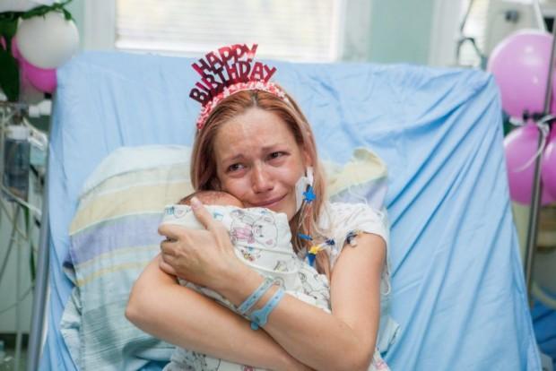 Лекари спасиха родилка и близнаците ѝ, а акушерки от болницата