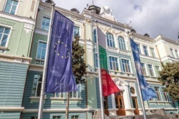 От страна на Европейската комисия ще участват Ванеса Дебие-Сантон –