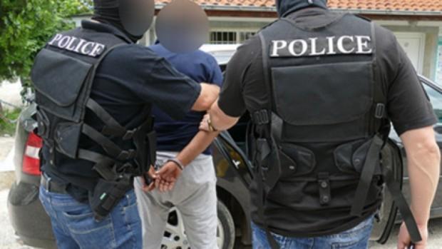 Снимка: Криминалисти попаднаха на нарколаборатория в дома на мъж