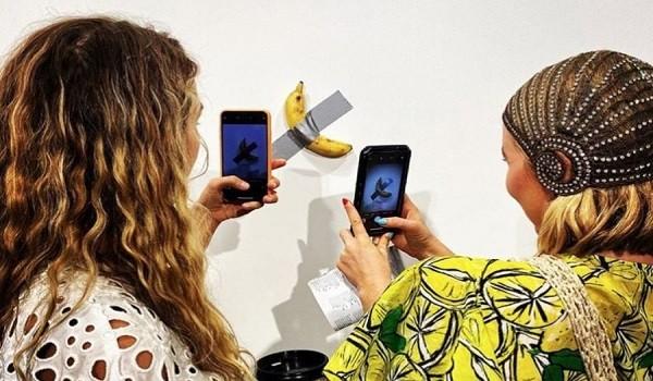 Банан, залепен с тиксо на бяла стена, беше предложен за
