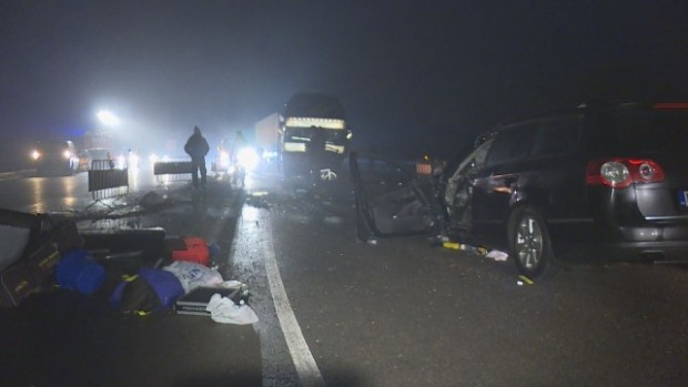 bTVАвтобус и лека кола се удариха челно на магистралата край