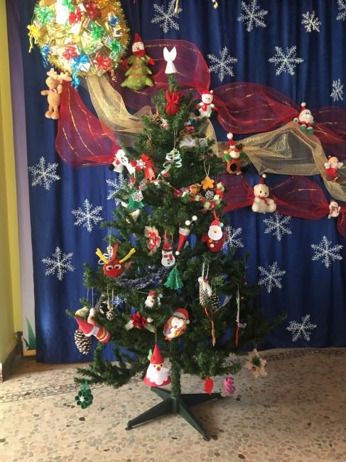 Красива елха с 60 ръчно изработени играчки е украсата в