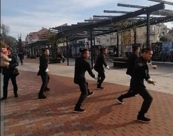 ФейсбукБойците отКунг Фу театъра на Джеки Чан шашнаха минувачите във