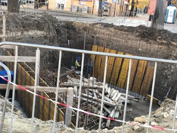 Работници полагат арматурните основи, необходими за изграждането на конструкцията, която