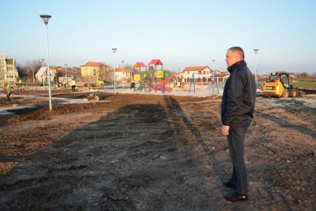 ФейсбукНов крайезерен парк с детска площадка и зона за спорт
