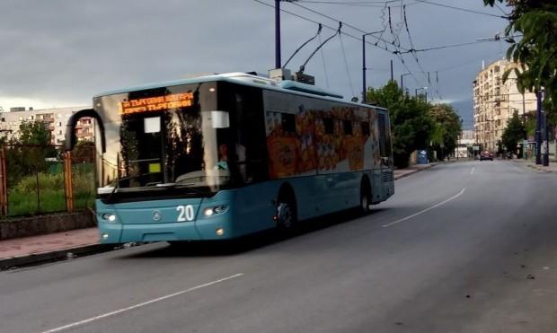 Фейсбук> Снимката е илюстративнаТой спрял колата си, отишъл до тролейбуса