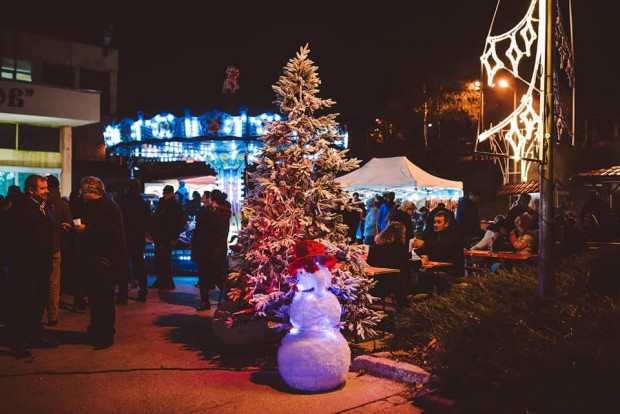 Фейсбук Коледният дух завладя и район