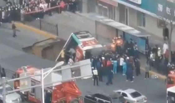 Снимка: Автобус с пътници падна в огромна дупка, има загинали