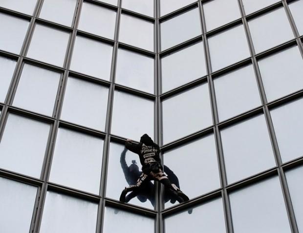 Както обикновено, Ален Роберизкачи 187-метровата сградав парижкия квартал