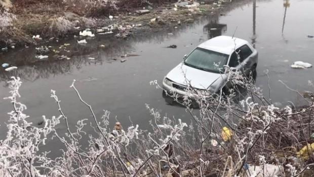 bTVЛек автомобилпадна във Владайска река, на ул.