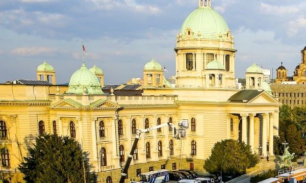 БГНЕСМъж на средна възраст се самоуби пред сръбския парламент, предаде