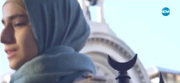 Две религии се срещат, сблъскват и преплитат в днешния къс