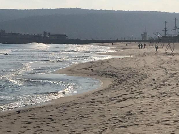 Красивите фигури, в които морето и пясъкът се преплитат, са