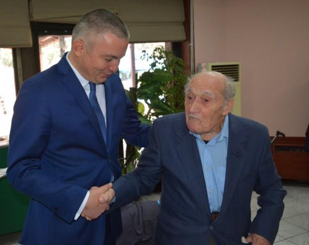 Кметът на Варна Иван Портних поздрави 104-годишния Димитър Спасов по