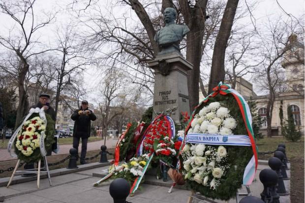 Венци и цветя пред паметника на Граф Игнатиев до сградата