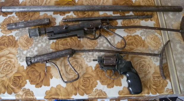 > МВР-ШуменВ имота полицаите намерили шест самоделни огнестрелни оръжия- пушки,