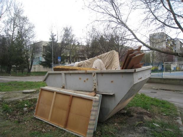 ФейсбукЕдрогабаритните отпадъци се извозват два пъти седмично, съобщават от район