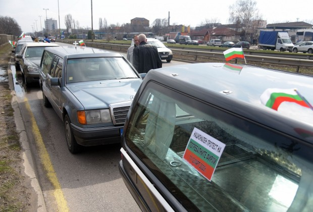 БТАШествие от катафалки премина пред Министерски съвет. Траурните автомобили минаха