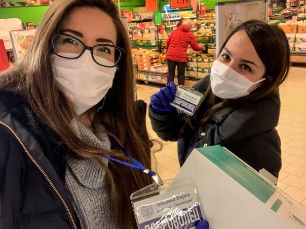 Продължава раздаването на маски на възрастни хора във Варна. По