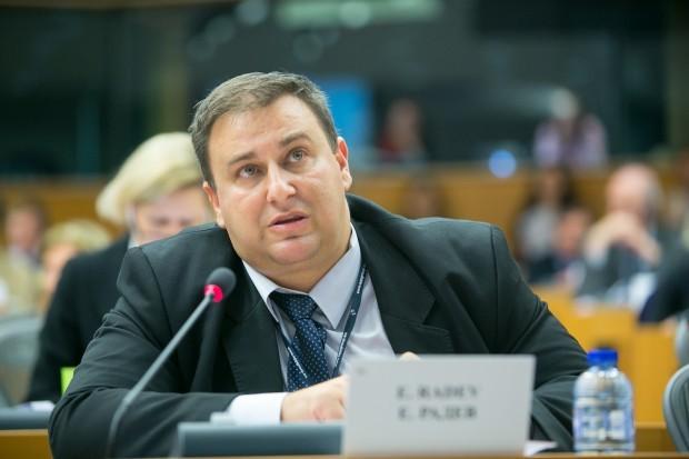 Четиридесет и две годишен служител от компютърния отдел на Европарламента