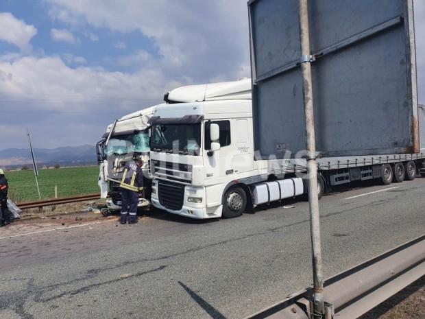 Два тира се удариха на 10-ти километър на магистрала
