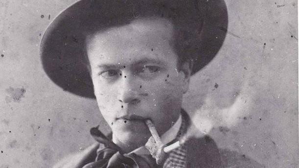 Роден вСамоковна3 април1884г. Баща му е предприемач вСофия, но фалира