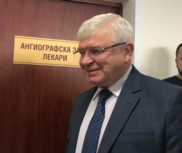 Здравният министър Кирил Ананиев уточни, че в дарителската сметка на