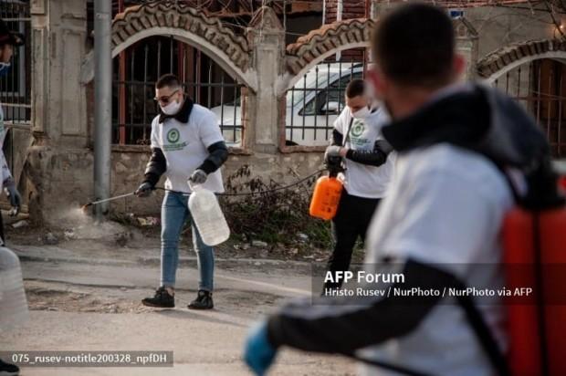 Група млади доброволци, дезинфектиращи варненския квартал