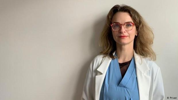 Д-р Славина Манева е от Пловдив. Живее от близо 20
