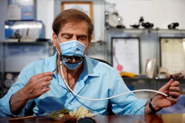 ReutersИзраелски изобретатели създадоха маска с дистанционно управление, с която човек