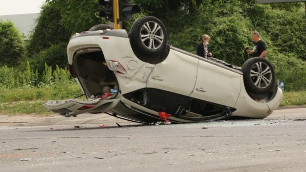 БГНЕС> Автомобил се преобърна по таван в Русе след удар