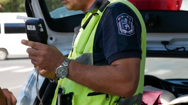 Извиканият на мястото полицейски екип установява, че лицето е управлявало