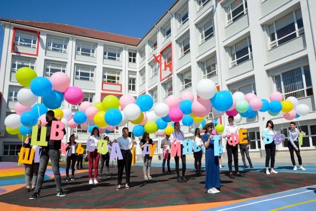 Десетки поздравления и видеообръщения от детски градини, училища, университети, читалища