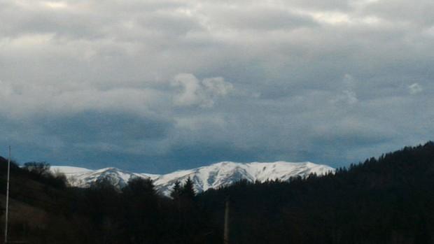 Над планините ще бъде предимно облачно, по билата – мъгливо.