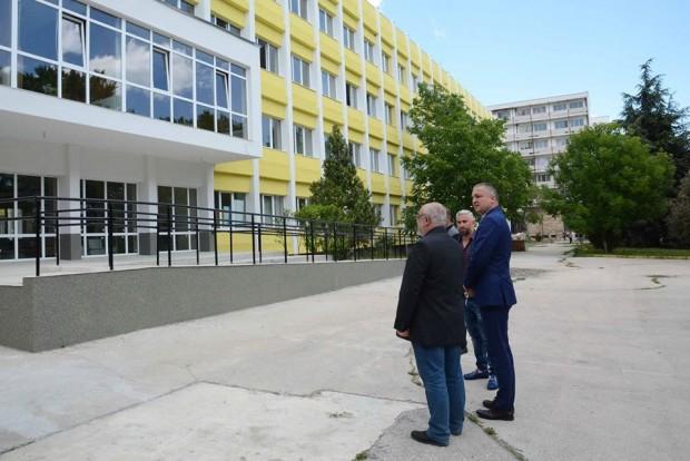 ФейсбукНапредва ремонтът на сградата на Професионалната гимназия по химични и