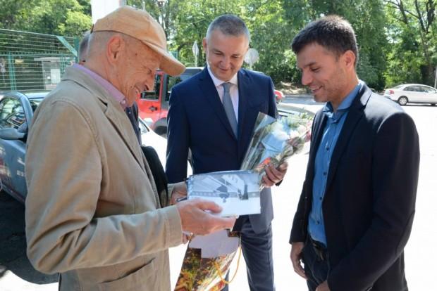 Кметът на Варна Иван Портних поднесе цветя пред паметната плоча