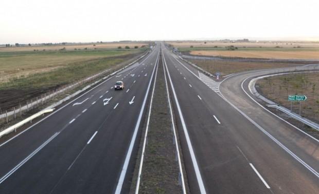 Двама шофьори, управляващи в насрещното движение на автомагистрала