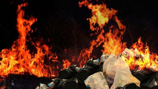 По първоначални данни горят бали с найлон, разположени на външна