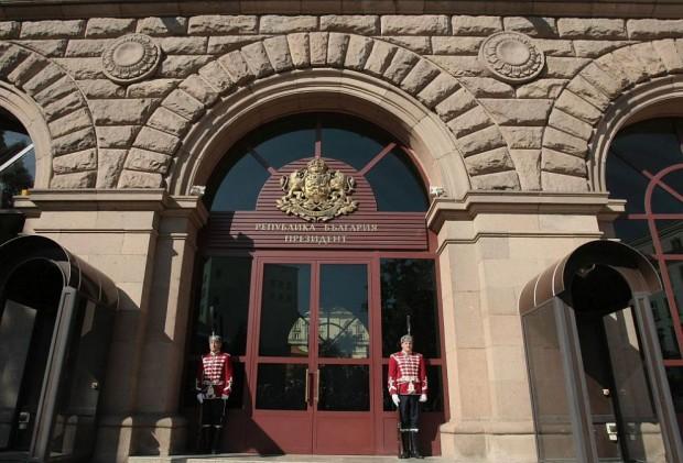 БГНЕСПрокурори влязоха в президентската институция. Една полицейска кола и два