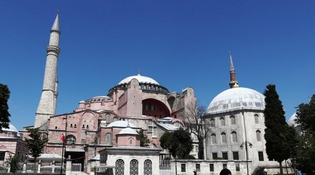 Главният административен съд на Турция в петък отмени правителствения указ