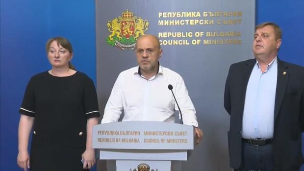 Вицепремиерите Томислав Дончев, Красимир Каракачанов иминистъра на труда и социалната