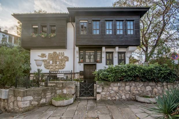 Емблематичната варненска сграда Дом на моряка става на 41 години.