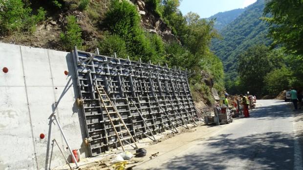 БГНЕСЕдна четвърт от 150-метровата подпорна стена на двете срутища по
